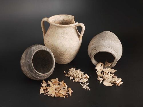 aardewerk-pot-met-graten-kops-plateau