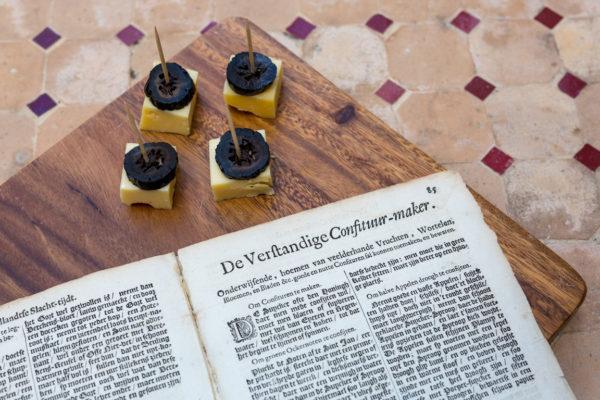 Gekonfijte walnoot als hapje met het recept in De verstandige kok uit 1683