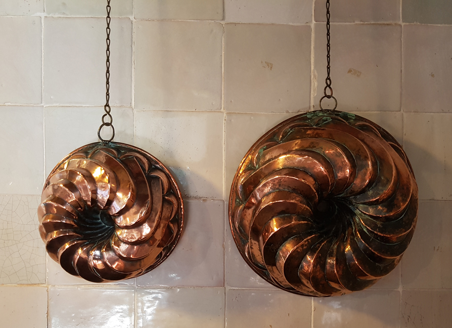 Koperen bakvormen in de keuken van Havezate Mensinge