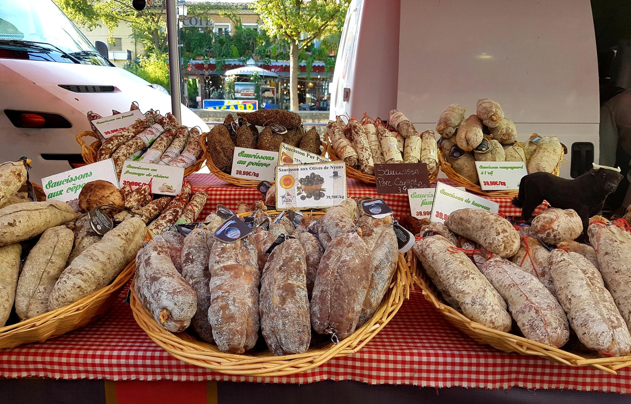 Gedroogde worstjes op de markt in Isle sur la Sorgue